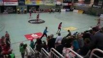 Le lancer de bonbons des joueuses du TuS Metzingen avant la rencontre / Bundesliga Handball féminine