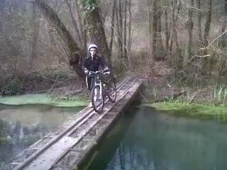 Les Velos-verre franchissent un pont