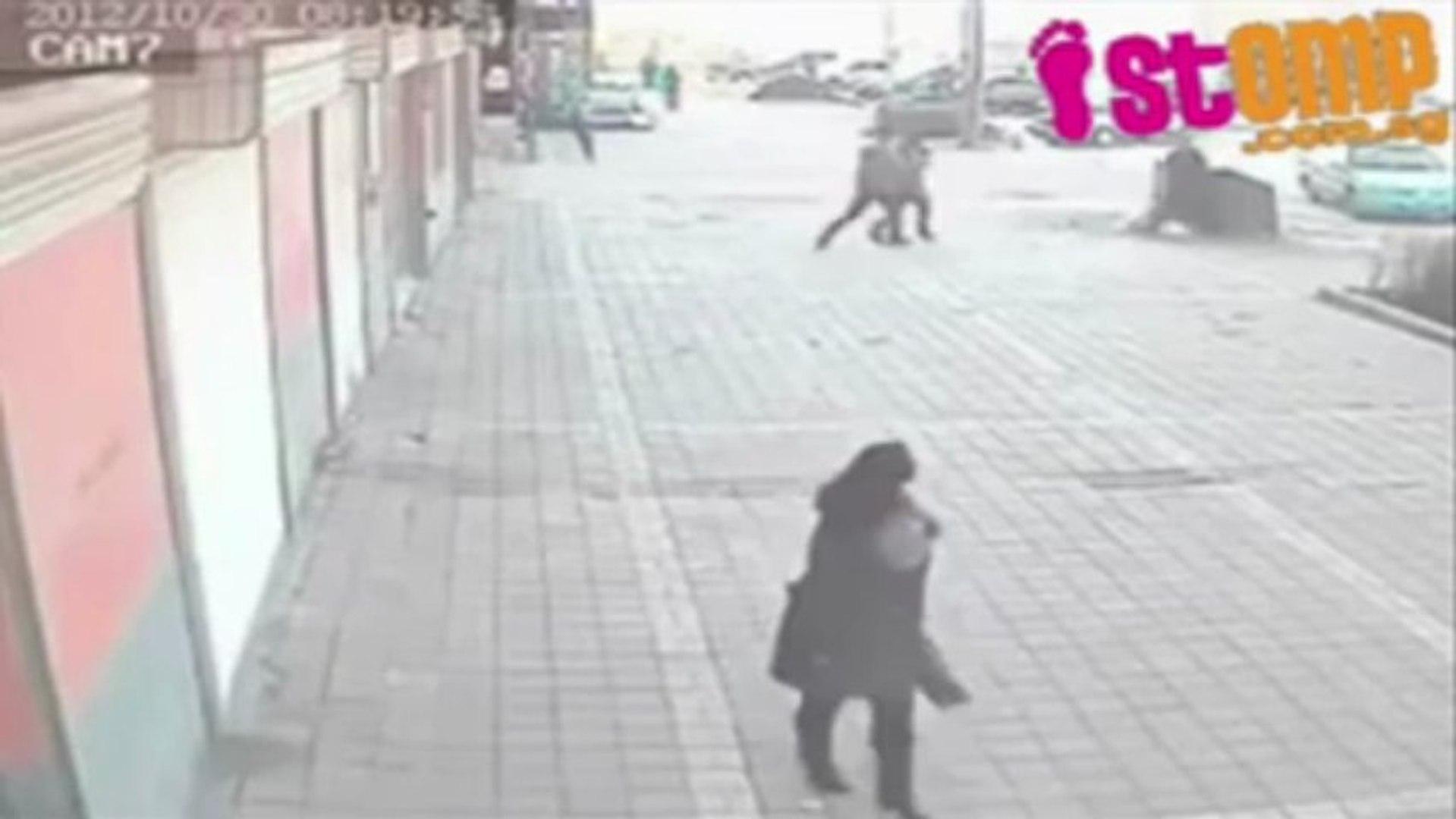 Kinh hoàng cảnh đốt bạn gái giữa phố