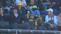 Un enfant renvoie une balle de baseball