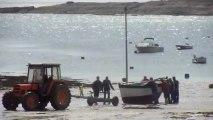 Mise à l'eau d'un vieux gréement à Locmaria- île de Groix - 30 avril 2013