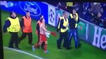 Frank Ribéry offre son maillot à un supporter expulsé par la sécurité du stade