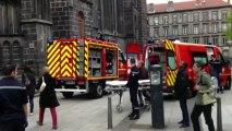 Les pompiers de Clermont-Ferrand descendent une victime du sommet de la cathedrale