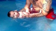 téaly 1 mois et 1 semaine dans la piscine