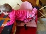 Manon monte ds sa chaise haute