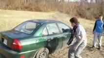 Casser une vitre de voiture avec la tête