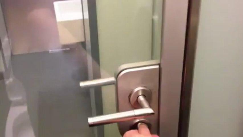 Une porte de toilettes qui change de couleur