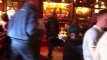 ambiance typique dans un pub irlandais investit par les supporters toulonnais