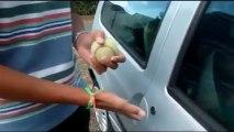 Comment ouvrir une voiture avec une balle de tennis