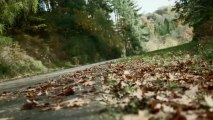 L'Aston Martin V12 Vantage et une LMP1 s'amusent sur une route de campagne