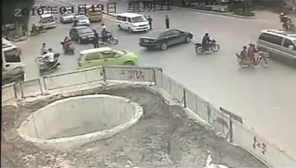 Un homme en scooter percute plusieurs véhicules puis finit dans un trou gigantesque.
