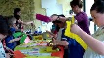 Carole Chaix anime un atelier graphique avec les écoliers à la bibliothèque de Sarrians Vaucluse dans le cadre de la tournée Nomades du livre-27 mai 2013