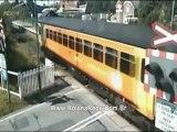 Carro escapa por um triz de ser atingido por trem em alta velocidade