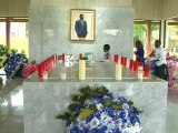 Le Président Ali Bongo Ondimba dépose une gerbe de fleur à franceville en hommage à Omar Bongo Ondimba
