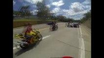 Wheeling en moto sur une voiture de police