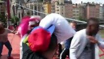 Sur UNE PASSERELLE Grosse pillow fight party (bataille de polochons) Ne pas tomber de l'eau Mdr