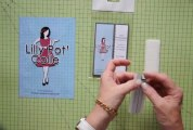 Utiliser les carrés mousse relief adhésifs double face LILLY POT'COLLE