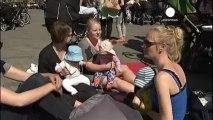 Las madres danesas protestan con los pechos al aire