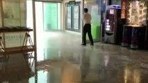 De fortes rafales de vent s'engouffrent dans un centre commercial dans l'Ain