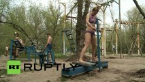Ukraine Hydropark : Salle de Gym en plein air Forget paying for gyms to pump iron - lift scrap metal