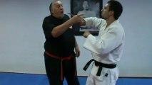 Défense contre menace avec couteau sur le poignet
