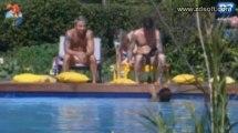 [29] Bárbara passando protetor no Mateus na aréa da piscina. [29-06]