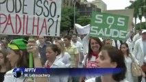 Brésil: manifestation de médecins contre Dilma Rousseff