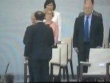 Salutations de François Hollande aux invités présents sur la tribune officielle.