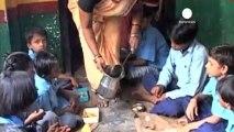 Hindistan'da okulda verilen öğle yemeği 20 çocuğun...