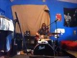 Jouer de la guitare, batterie et chanter en même temps... Enorme