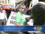 Docentes jubilados y activos protestan en el Ministerio de Educación para exigir aumento salarial