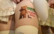 Japon : des filles payées pour porter des publicités sur leurs jambes !