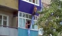 Il tombe du 2ème étage en essayant d'échapper au mari de la femme qu'il se tappe.