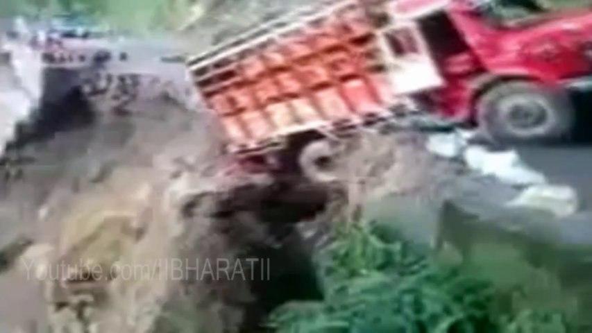 Uttarakhand Flood - Truck falling from Hills - Heavy rains wreak havoc north India - HD