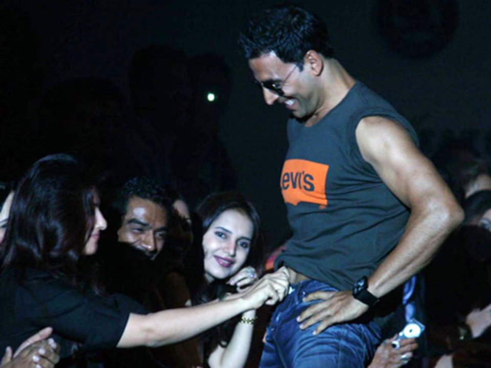 Akshay Kumar obscene behaviour can land him in jail - video Dailymotion
