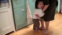 Papa chasse sa petite fille trop marrant!