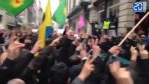 Les manifestants devant l'académie d'art et de culture du Kurdistan
