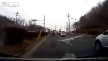 Accident de voiture énorme : SURPRISE! Un 4x4 surgit de nulle part!