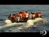 Sbarchi senza sosta in Sicilia, salvati 90 somali a Pozzallo. Le immagini del gommone con a bordo i migranti