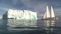 La goélette scientifique navigue toutes voiles dehors, auprès des icebergs et des glaciers de l'archipel de François-Joseph © A.Deniaud/francetv nouvelles écritures/Thalassa/Tara Expéditions