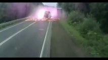 Terrible accident de camions!! Explosion en pleine forêt...