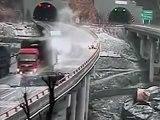 Enorme aquaplaning entre des voitures et des camions sur un pont!!
