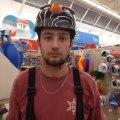 Il se jette dans un casier géant de ballons au supermarché!!!
