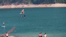 Un saut de malade en BMX dans un lac