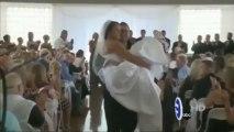 Une mariée paralysée par un accident de voiture marche pour son mariage!