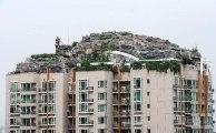 Une montagne sur le toit d'un immeuble chinois