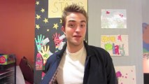 16 08 2013 Robert Pattinson Visits Kids at Children's Hospital Los Angeles
