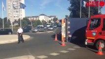 Un camion se renverse au pont d'Armor - Le camion se couche dans le rond-point