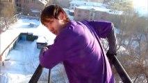 Saut dans la neige depuis un immeuble