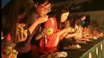 Avaler des grappes de raisins, une nouvelle compétition en Chine
